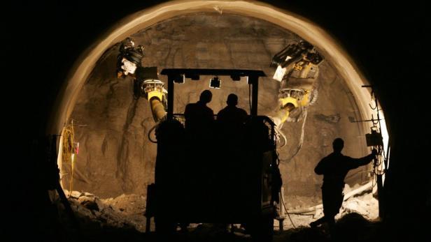 Für Verkehrsministerin Doris Bures stehen Tunnelprojekte wie der Koralmtunnel nicht zur Diskussion - auch nicht in Sparzeiten.
