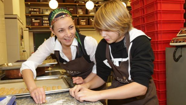 Drei-Mäderl-Haus: Franziska Weisz beim Kekse verzieren mit Gabi Pröll und ihrer jüngsten Tochter Isabella (li.).