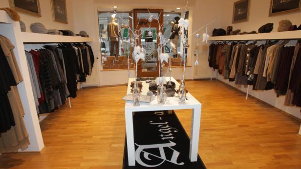 KURIER-ROMY-Designerin Angela Wohlmuth (M.) präsentierte mit ihren charmanten Mode-Engeln im Hotel de France ihre Spring/Summer-Kollektion 2012.