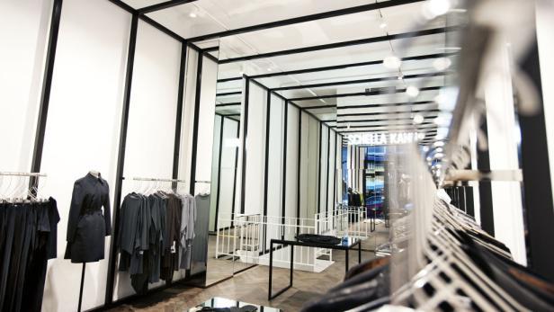 Understatement als Stilgebot: Die Fassade in der Wiener Spiegelgasse und ein Modell aus der aktuellen Kollektion.