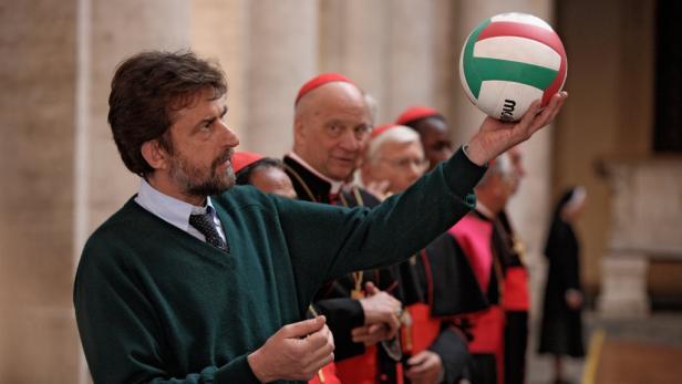 Ein bezaubernder Michel Piccoli (86) als Papst, der gerne Schauspieler geworden wäre und der Reißaus nimmt: Nanni Morettis Vatikan-Komödie war in Italien ein Publikumshit. Ab Freitag im Kino.