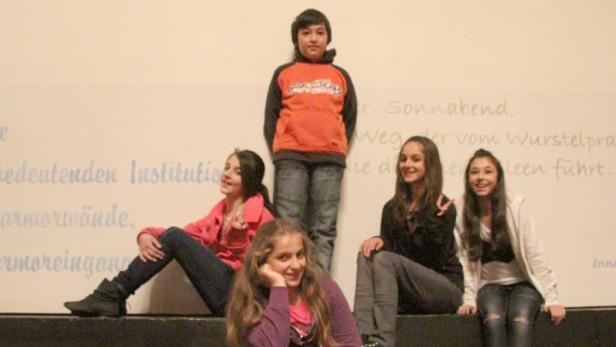 Kids vom Lernhaus, die sich S.M.I.L.E. anschauten