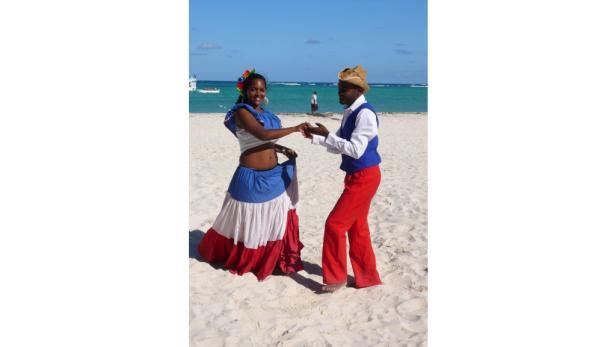 Das lieben nicht nur die Dominikaner: Merengue am Strand von Los Corales und erfrischende Rum-Cocktails.