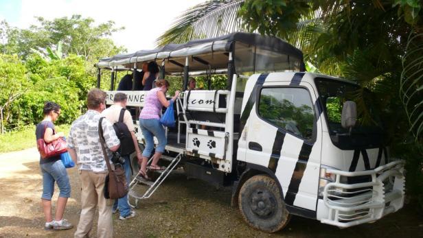 Die Lkw-Safari führt zu Zigarrendreher Leo und zu einer Farm in den Bergen, wo Maria del Rosario Bio-Kaffee- und Kakaobohnen erntet.