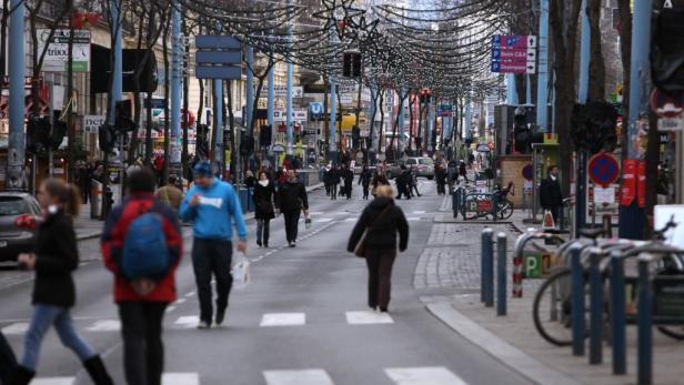 Shoppen oder nur schauen auf der Wiener Mariahilfer Straße am 8. Dezember, an dem seit 1995 die Geschäfte offenhalten dürfen: Der Handel ist nicht ganz unzufrieden, hätte sich aber mehr erwartet und hofft auf die nächsten Einkaufssamstage.