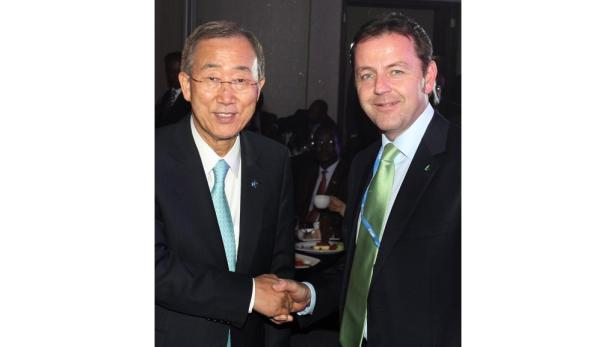 Shakehands: Umweltminister Niki Berlakovich traf in Durban UNO-Generalsekretär Ban Ki-moon