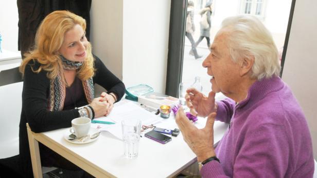 """Christkind: Harald Serafin feiert am 24. Dezember seinen 80. Geburtstag mit seiner Familie unter dem Christbaum; der Sänger traf den KURIER im Restaurant """"Schon schön""""."""