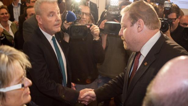 Klaus Schneeberger (ÖVP) heißt der große Wahlsieger in Wr. Neustadt. SPÖ-Bürgermeister Bernhard Müller (re.)trat noch am Abend zurück