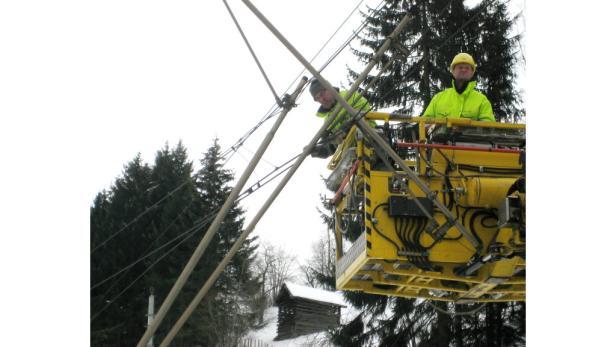 Arbeiter bei der Wiederherstellung der Fahrleitung der Tauernbahn.
