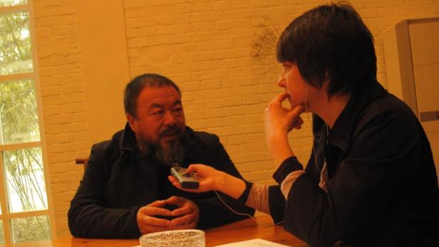 Interview im Atelier: Ai Weiwei zeigt keine Scheu, trotz behördlichen Verbots den KURIER zu treffen.