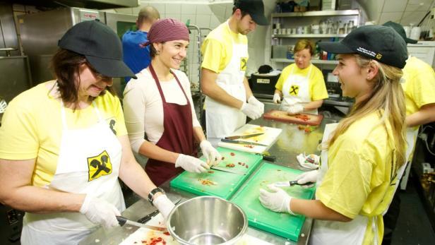 Gemeinsam für andere: Raiffeisen-Mitarbeiter kochen in der Wiener Obdachlosenunterkunft Gruft für 180 Menschen