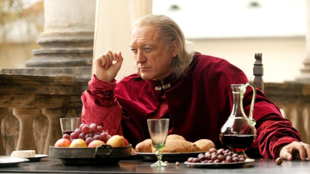 """Einmal Papst sein: John Doman als Rodrigo Borgia in der französisch-deutschen Erfolgsserie """"Borgia"""". Die Serie wurde weltweit verkauft. Unter anderem lief sie auch im ORF."""