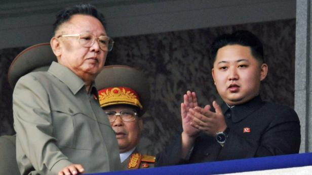 Der Sohn des gestorbenen Diktators, Kim Jong-Un (rechts) wurde bereits seit Längerem auf die Machtübergabe vorbereitet.