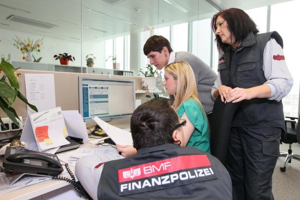 Steuerbetrügern auf der Spur: Einen Teil der Ausbildung absolvieren die Lehrlinge auch bei der Finanzpolizei.