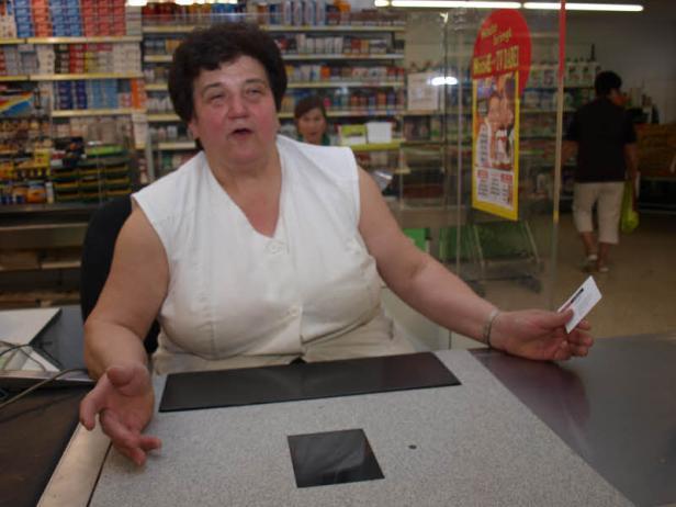 Senior-Chefin Marianne Haas (li.) saß an der Kasse, als die Täter in den Supermarkt stürmten.