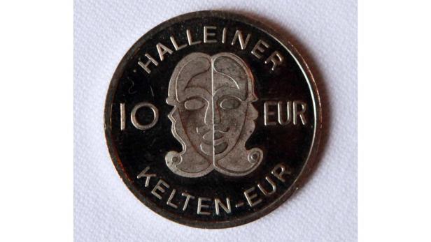 Der Kelten-Euro aus Hallein (o.) kommt als leichte Blechmünze in edlem Look, ist aber nur im Wert von 10 Euro erhältlich.