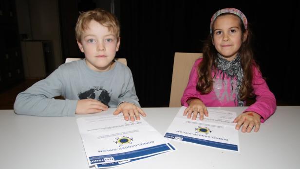 Konrad und Julia (li.) verstehen jetzt besser, wie es ist, blind zu sein.