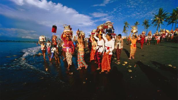 Opfer-Prozession auf Bali.
