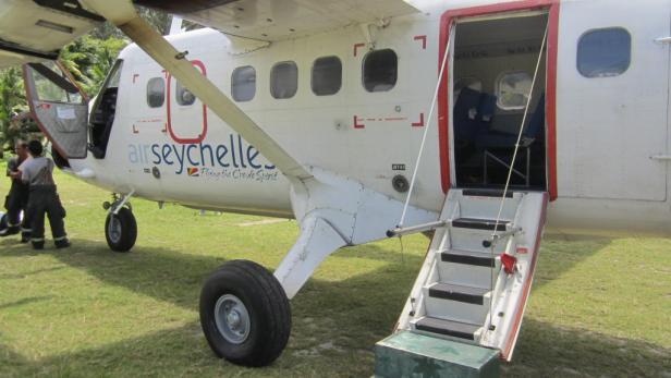 Das Inselparadies ist per Inlandsflug mit Air Seychelles erreichbar. Die Twin Otter startet auf der Hauptinsel Mahé und landet auf Denis Island auf einer Graspiste.