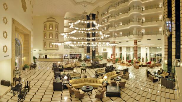 5*-Pracht: Die Lobby im Hotel Mukarnas ist fast so groß wie die Poolzone.