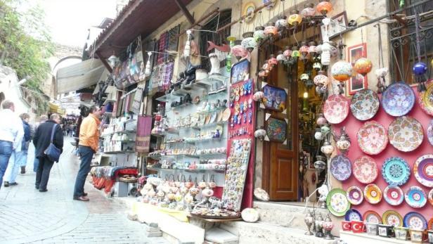 In der Küstenmetropole Antalya sind shoppen in der Altstadt und ...