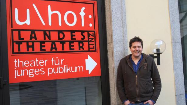 """Der Theatermacher vor """"seinem"""" Haus im Ursulinenhof."""