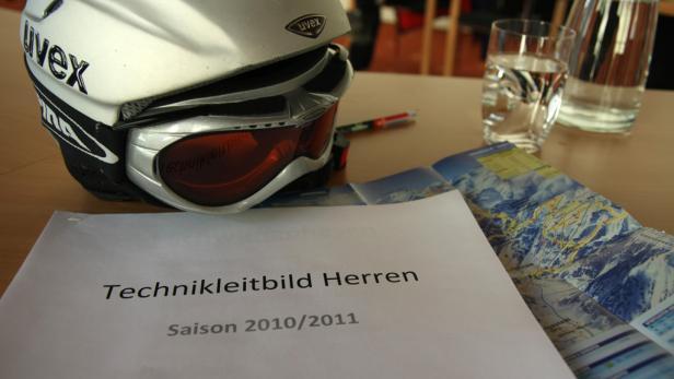 Ein Ski-Helm und Unterichtsmaterial.
