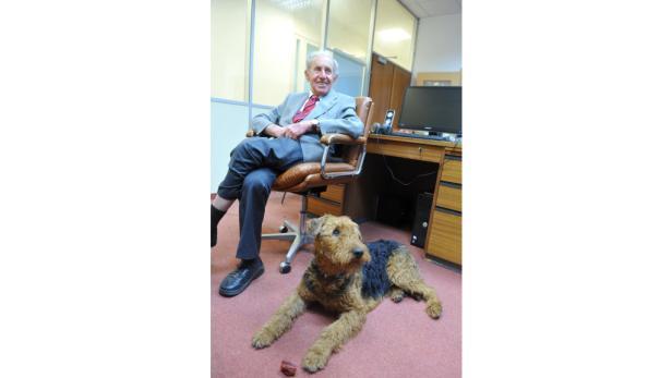 Carl Manner in seinem alten Büro mit dem neuen Hund Angie.