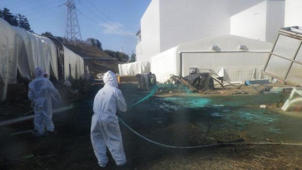 April: Atomanlagen-Arbeiter versuchten das Ausmaß der Katastrophe einzudämmen. Sowohl Tepco als auch die Regierung reagierten falsch, heißt es in dem Bericht.
