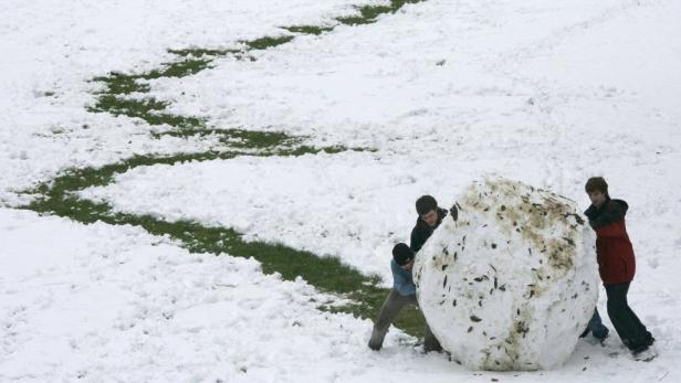 REUTERSYoung boys roll a giant snowball in a park after a heavy snowfall in Oxford, southern England February 5, 2009.   Heavy snow caused chaos across a swathe of Britain as councils said they were running out of grit to keep roads open and forecasters p