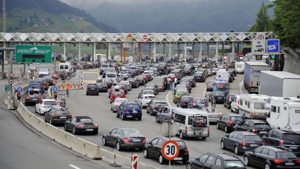 Stau auf der Brenner Autobahn: In den Ferien verstopft der Pkw-Verkehr die A 13.