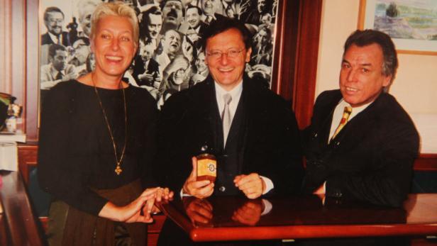 Selbst ist der Kanzler: Die Wirtsleute mit W. Schüssel & seiner Marmelade.