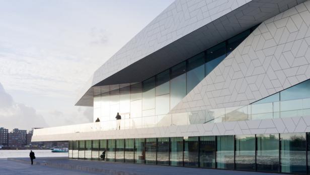 Das Eye in Amsterdam: Nicht Science Fiction, sagen die Architekten von Delugan Meissl, sondern ein Haus im herkömmlichen Sinn, in dem man isst, trinkt, kommuniziert, verweilt