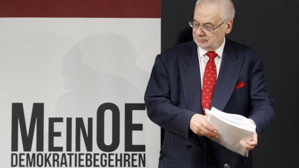 """APA/GEORG HOCHMUTHAPA5886850-2 - 15112011 - WIEN - ÖSTERREICH: Ex-Vizekanzler Erhard Busek am Dienstag, 15. November 2011, während der PK """"MeinOE - Demokratiebegehren"""" in Wien. APA-FOTO: GEORG HOCHMUTH"""