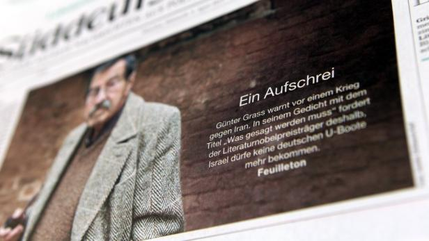 EPAepa03170644 A close-up picture showing a photograph of writer Guenter Grass on the title page of the newspaper Sueddeutsche Zeitung in Munich, Bavaria, 04 April 2012. Nobel literature laureate Grass criticised Israels Iran policy in a poem which was pu