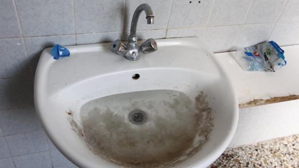 Verstopfte Waschbecken, Toiletten teils ohne Strom