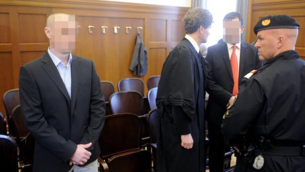 Zwei der Angeklagten vor dem Oberlandesgericht