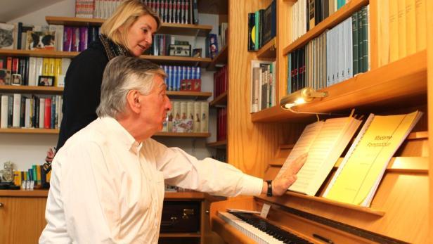 """Übung macht den Meister. Der Tenor singt Hermann Leopoldis """"Buchenwald"""" für KURIER- Redakteurin Maria Gurmann."""