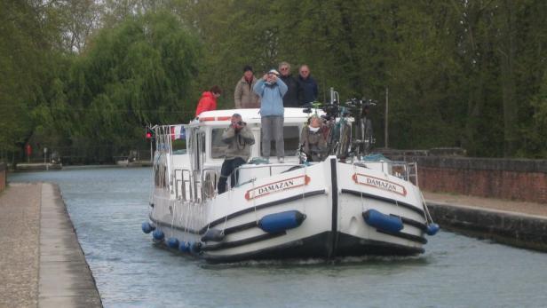 Hausboot-Fahrt auf dem Canal des Deux Mers, Wasserweg zwischen Atlantik und Mittelmeer.