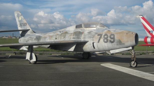 """Eine ausgediente Militärmaschine auf dem """"Alten Flügel"""" am Airport Toulouse."""