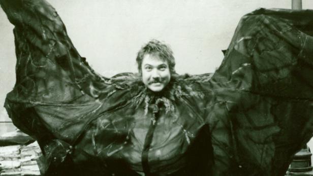 Holecek interpretierte viele Operettenrollen, allein in der Fledermaus spielte er die Rollen des Falke, Frank und des Frosch.