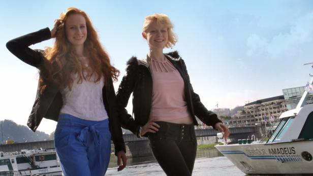 Selina und Shari (v. li.) üben an der Donaulände für den Catwalk.