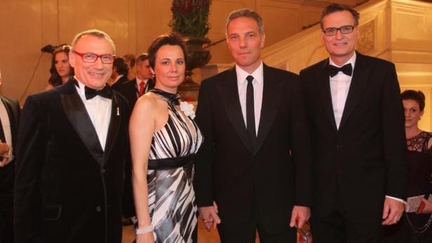 Orange: CEO Michael Krammer mit seiner Ehefrau umringt von Rudolf John (links) und Thomas Kralinger (ganz rechts).