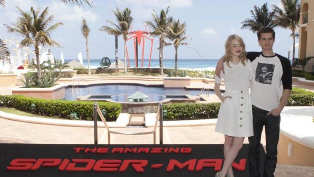 """Spinnen-Deko am Hotelpool: Emma Stone und Andrew Garfield posieren für """"The Amazing Spiderman""""."""