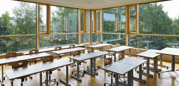 Bildungszentrum Pregarten: Großzügige Fensterflächen bringen Licht und Natur in die Klasse