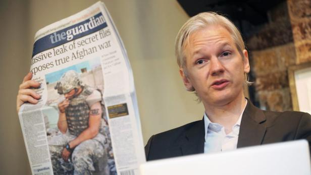 EPAepa02262208 WikiLeaks founder Julian Assange shows an issue of the British daily The Guardian during a press conference at the Frontline Club in London, Britain, 26 July 2010, to discuss about the 75,000 Afghan war documents that the organization made