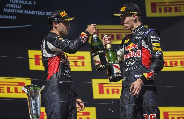 Ricciardo (l.) und Kvyat sollen auch 2016 für Podestplätze sorgen.