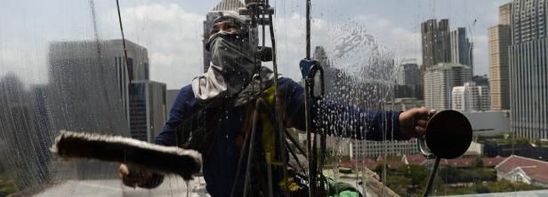 Fensterputzer in Bangkok: Wasser sparen ist angesagt