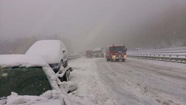 Unfall A21, Außenringautobahn, Lkw hängen gebliebe…