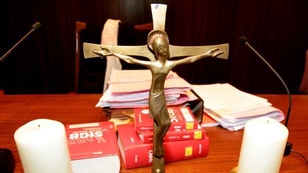 Gericht, Gerichtssaal, Akten, Kreuz, Richtertisch…